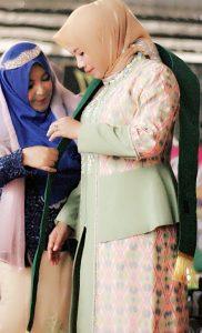 Dewi Pelangi saat memberikan penghargaan kepada perempuan hijab inspiratif 2019 yang diraih oleh Hj.Ely Yasin sebagai perwakilan perempuan mewakili Kabupaten Bogor sebagai DPR RI karena tidak semua perempuan hijab bisa seperti beliau.